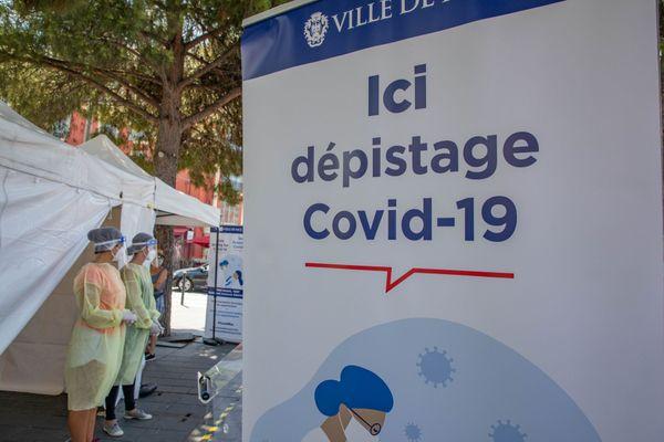 Les tests PCR sont pratiqués sur des personnes désireuses d'être dépistés contre le covid-19