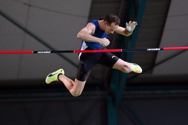 Une barre à 5 mètres 95 pour Renaud Lavillenie au meeting IAAF de Karlsruhe.