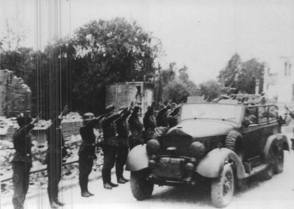 Le véhicule d'Hitler franchissant l'Escaut, à Bouchain, le 2 juin 1940, sur un pont provisoire.