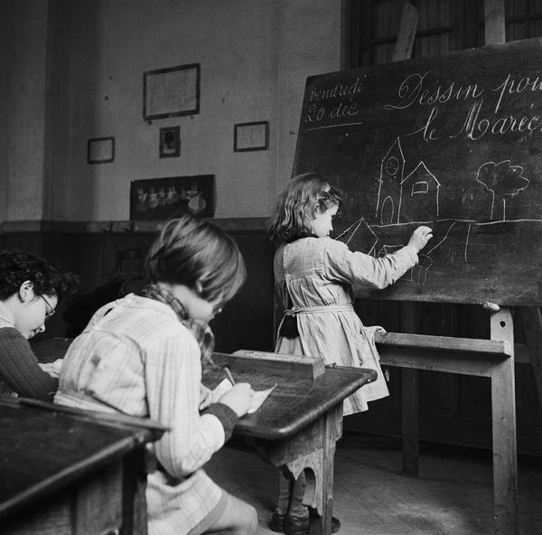 Les élèves doivent dessiner pour le maréchal Pétain, « le sauveur de la France » (inscrit sur le tableau noir) et son portrait doit être affiché dans chaque classe (vers 1940-41)