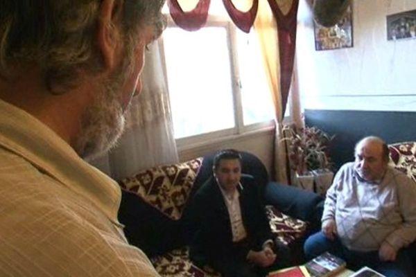 Ali Sahiti est à la caméra tandis que Kérim Néséri interroge son père Vehbi sur les souvenirs douloureux du Kosovo.