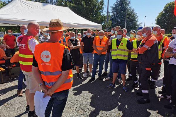 Environ 50 salariés étaient en grève ce matin sur le site de Saint-Just-en-Chaussée