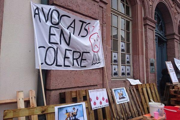 Les avocates et avocats ont érigé un mur de palettes devant le tribunal de grande instance (TGI) de Colmar (Haut-Rhin).