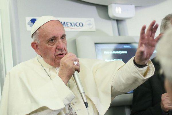 18/2/2016 - Le Souverain Pontife s'adresse aux journalistes dans l'avion qui le ramenait du Mexique à Rome.