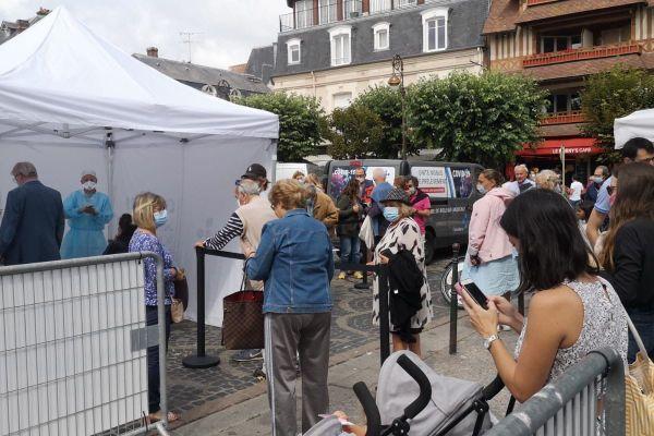 Ils étaient nombreux samedi matin à Deauville à patienter pour se faire dépister.