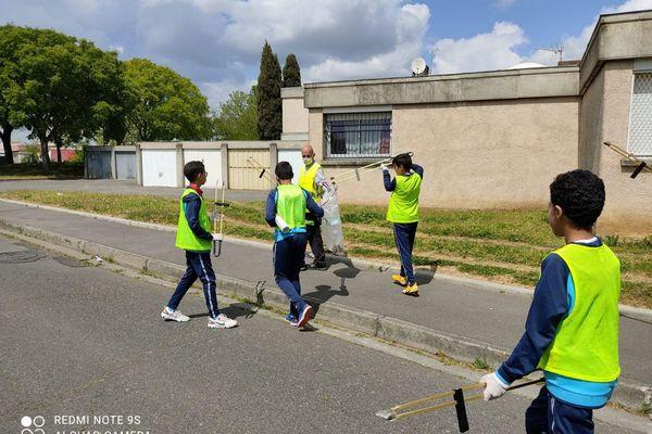 Opération ramassage des déchets dans le quartier Bellefontaine par les jeunes du club de foot de l'AS Toulouse Mirail