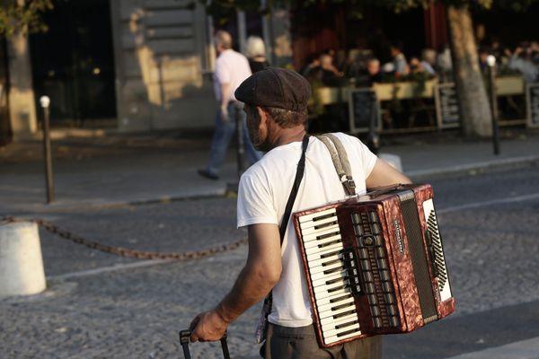 Un ou une accordéoniste viendra jouer une chanson sur le pas de la porte d'un aîné de La Tour du Pin.