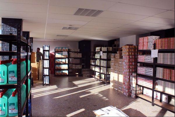 Bien ordonnée, les denrées alimentaires prêtes pour les étudiants à l'épicerie sociale Agoraé de Mont-Saint-Aignan