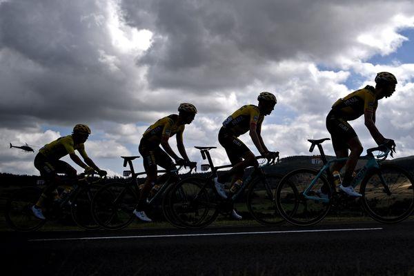 Des cyclistes lors de la 13e étape du Tour de France entre Chatel-Guyon et Puy Mary.