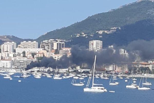 Un bateau a pris feu ce lundi dans le port d'Ajaccio.