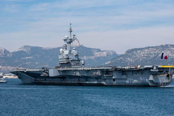 Le porte-avions Charles De Gaulle, à son arrivée à Toulon le 12 mars 2020.