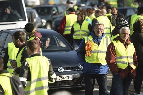 Les citoyens mobilisés partout en France comme ici à Dole. Les gilets jaunes étaient plus de 10.000 ce samedi 17 novembre en Franche-Comté.