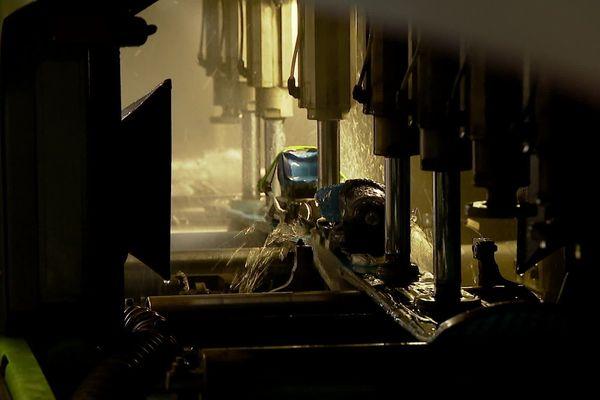 Les skis sont révisés à l'aide de deux robots. La première machine s'occupe de surmouler les semelles des skis pour boucher les trous et la deuxième structure les skis et affûte les carres