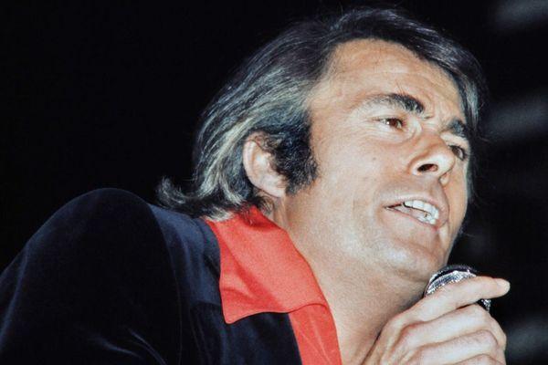 Le chanteur Alain Barrière se produit sur la scène de l'Olympia, à Paris, le 16 octobre 1974