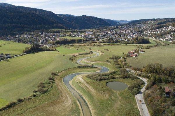 Au milieu coulait une rivière, le Doubs.