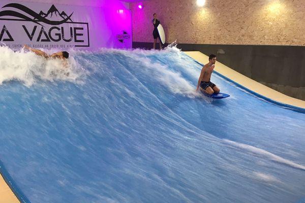Un espace indoor a ouvert à Échirolles pour faire de la glisse sur une vague artificielle.