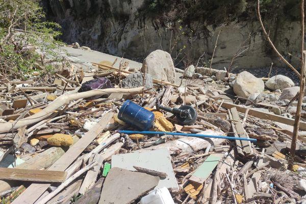 Dans les vallées sinistrées, de nombreux déchets charriés par la tempête Alex polluent toujours les berges, comme ici le long de la Roya.