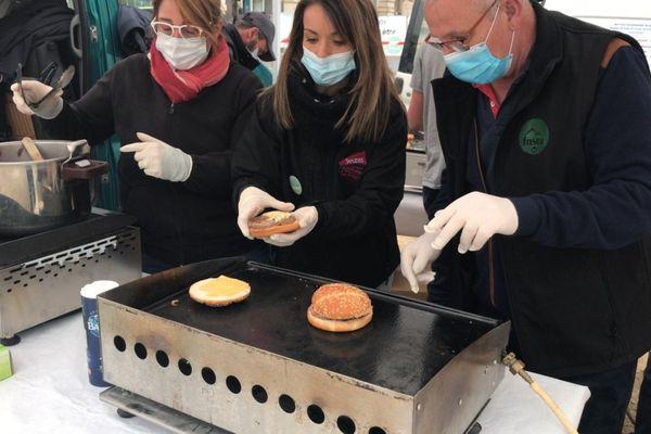 Mercredi 3 mars, des agriculteurs ont vendu des burgers à 2 euros place de Jaude à Clermont-Ferrand.