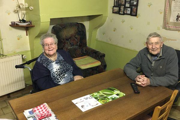 Simone et Marcel, deux anciens éleveurs qui peinent à joindre les deux bouts.