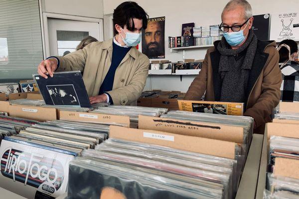 Guy Darol et son fils, en pleine recherche jazz dans les bacs à disques