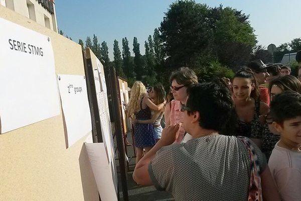 Ce matin, les lycéens massés devant le tableau d'affichage des résultats - cité scolaire Jean-Baptiste Darnet à Saint-Yrieix-la-Perche.