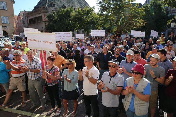 Environ 300 viticulteurs manifestaient le 23 août 2017 devant le tribunal de Colmar pour demander justice dans l'affaire Albrecht.