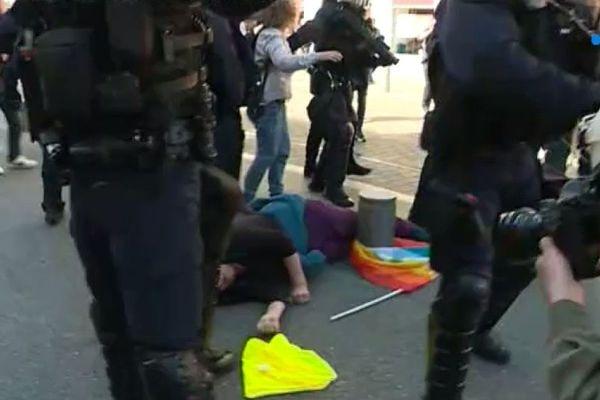 Une femme au sol après avoir été heurtée par un CRS alors que ces derniers ont chargé les manifestants pour les disperser et vider la Place Garibaldi. Samedi 23 mars 2019.