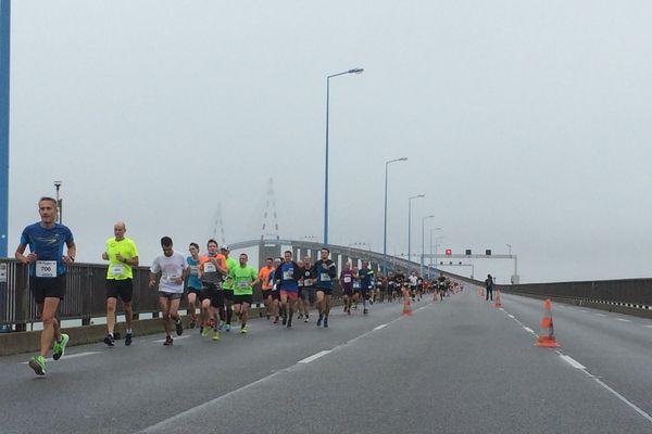 Les coureurs sur le pont de Saint-Nazaire à l'occasion des 1ères foulées du pont, le 1er octobre 2017
