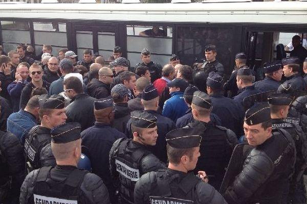 """Les manifestants des """"jeunesses nationalistes"""" devant Notre-Dame"""