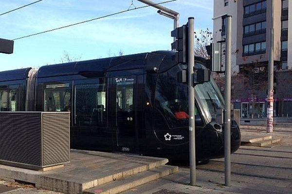 Montpellier - un tramway à la station Rives du Lez - décembre 2015.