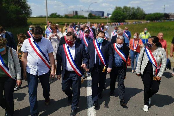 Arnaud Decagny, maire de Maubeuge, entouré d'élus du territoire, manifestent devant l'usine Renault MCA.