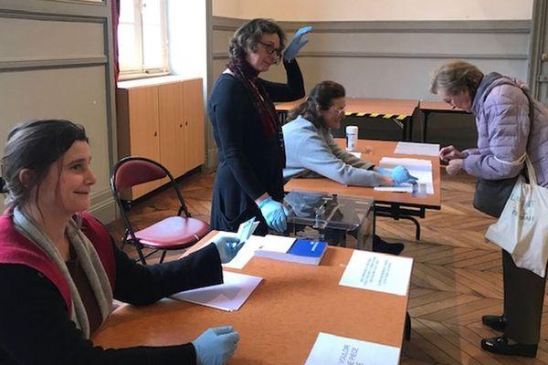 A Auray, ville de cluster dans le Morbbihan, les bureaux de vote ont du s'adapter à l'épidémie de coronavirus