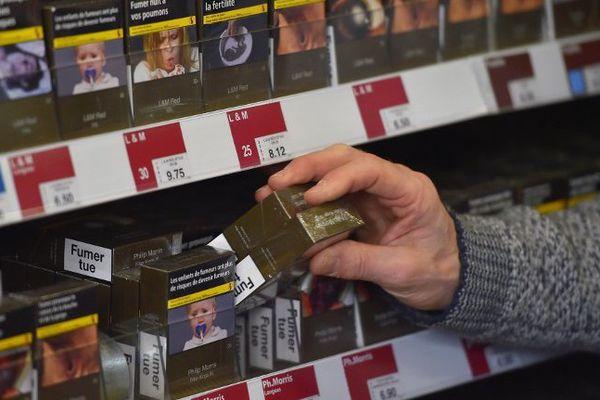 Couleur olivâtre, photos choc et avertissements en lettres capitales, le paquet neutre de cigarettes est obligatoire depuis le 1er janvier 2017.