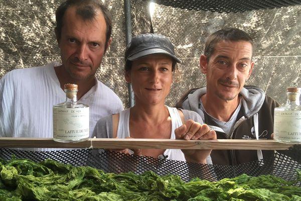 Jérôme Rigaud, créateur des eaux de vie Rétha à base d'algues marines, pose avec Hélène Jouannet et Tanguy Gauvin d'Algorythme.