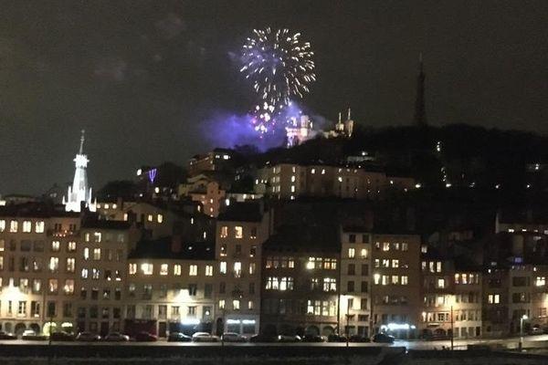 Alors que la ville de Lyon s'apprêtait à s'endormir à la lueur des lumignons du 8 décembre, un feu d'artifice a surpris les habitants. Rien n'était programmé officiellement...