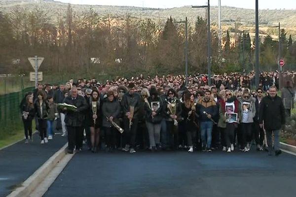 En tête de la marche blanche, hommage aux victimes de l'accident de bus scolaire à Millas il y a un an, 23 roses blanches, une par victime: 6 collégiens ont perdu la vie et 17 autres ont été blessés - 14/12/2018