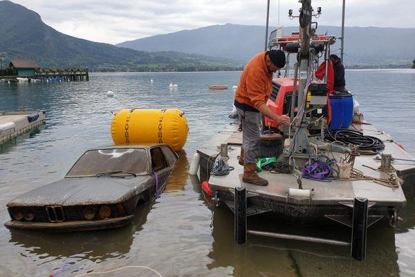 Une épave automobile a été sortie du lac d'Annecy, dans la baie de Talloires-Montmin.
