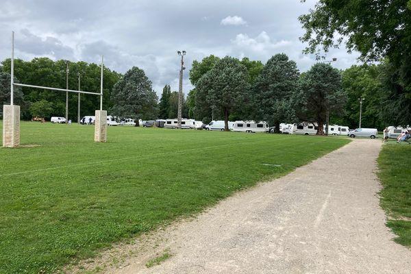 Une vingtaine de caravanes stationnent illégalement sur la plaine des jeux des Bouriottes à Malemort