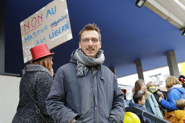 Le docteur Fouché lors d'une manifestation contre le port obligatoire du masque pour les enfants à l'école à Marseille.