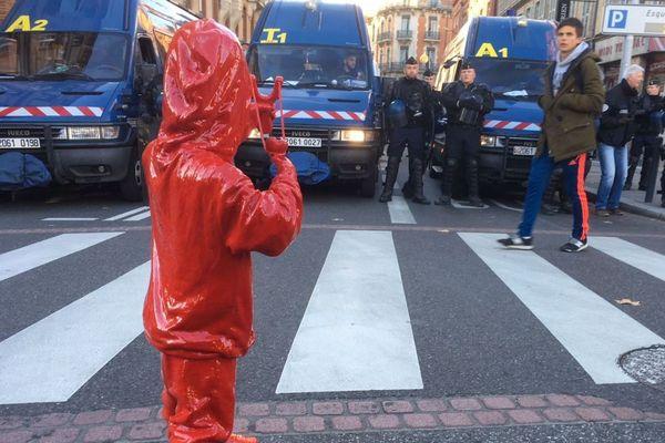 L'une des oeuvres de James Colomina dans une manifestation à Toulouse