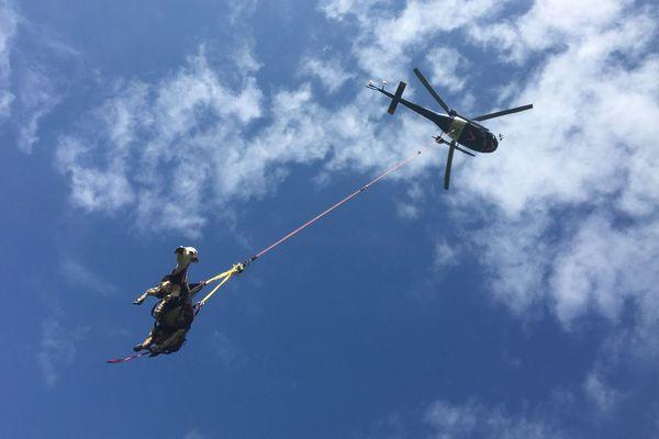 Il a fallu un hélicoptère pour hélitreuiller une vache blessée, après l'avoir déplacée parce qu'une ligne haute-tension bloquait l'intervention.