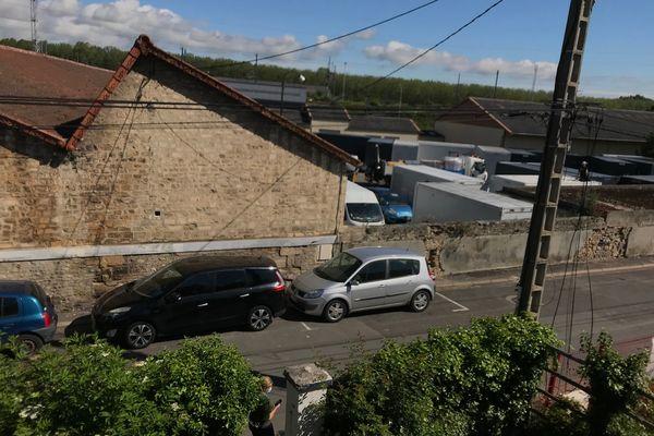Les riverains ont vu les bungalows arriver avant même le permis de construire, sous leur fenêtre !