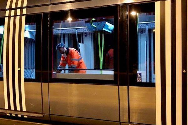Nettoyage du tramway à Tours