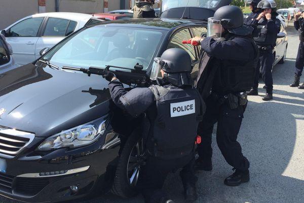 Une dizaine de policiers simulent une attque terroriste au Mans le 8 juin 2016