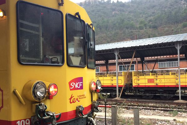 Le petit train jaune relie Villefranche-de-Conflent à La-Tour-de-Carol dans les Pyrénées-Orientales - février 2017
