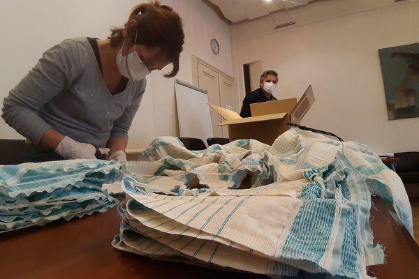 Les petites mains s'activent pour découper les masques à l'hôtel du Département à Chambéry vendredi 3 avril.