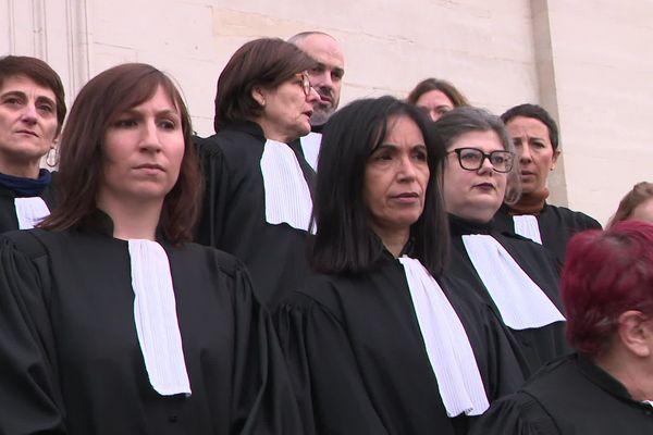 Une trentaine d'avocats se sont rassemblés devant le palais de justice de Besançon.