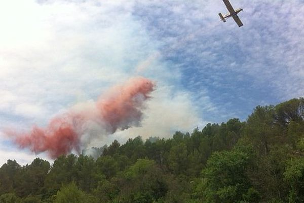 Grabels (Hérault) - un avion largue du retardant sur l'incendie - Archives