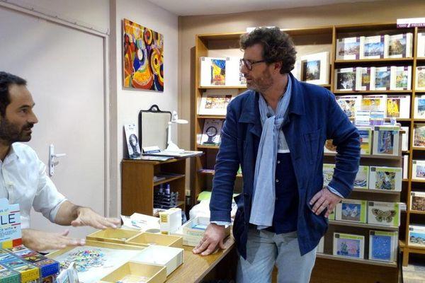 Yvan Hallouin dans une boutique de puzzles, à Beaugrenelle.