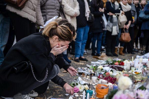 Devant le Bataclan après l'attentat du vendredi 13 novembre